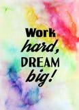 Trabalho duramente, sonho grande! Citações inspiradores na textura da aquarela Foto de Stock Royalty Free