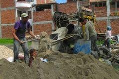 Trabalho duro dos homens na construção em Nepal foto de stock