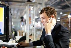 Trabalho e fala no telefone. Fotos de Stock Royalty Free