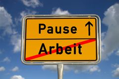 Trabalho e ruptura alemães do sinal de estrada imagem de stock