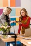 trabalho elegante das mulheres de negócios fotografia de stock royalty free