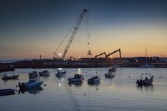 Trabalho em defesas de porto de Portrush imagens de stock royalty free