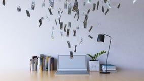 Trabalho em linha no laptop que faz o dinheiro do salário Fotos de Stock