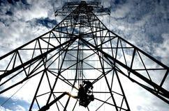 Trabalho em um mastro da eletricidade Fotografia de Stock Royalty Free