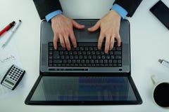 Trabalho em um portátil Imagem de Stock