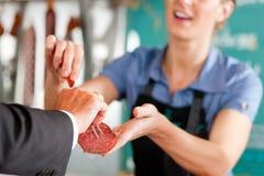 Trabalho em uma loja de carniceiro Fotografia de Stock