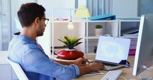 Trabalho executivo criativo no portátil e no computador de secretária 4k filme