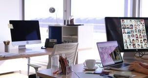 Trabalho executivo fêmea em sua mesa 4k video estoque