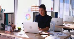 Trabalho executivo fêmea em sua mesa no escritório 4k filme