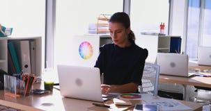 Trabalho executivo fêmea em sua mesa no escritório 4k vídeos de arquivo