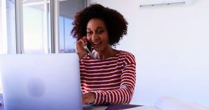 Trabalho executivo fêmea sobre o portátil 4k filme