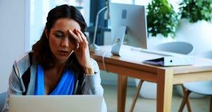 Trabalho executivo fêmea sobre o portátil no escritório video estoque