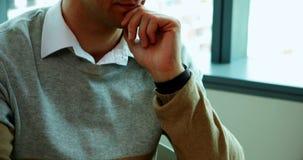 Trabalho executivo masculino em sua mesa no escritório filme