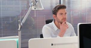 Trabalho executivo masculino na mesa 4k vídeos de arquivo