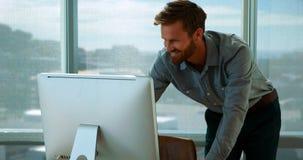 Trabalho executivo masculino sobre o computador em sua mesa vídeos de arquivo