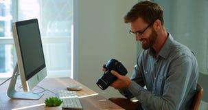 Trabalho executivo masculino sobre o computador em sua mesa video estoque