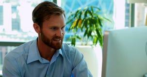 Trabalho executivo masculino sobre o computador em sua mesa filme