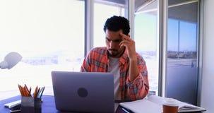 Trabalho executivo masculino sobre o portátil 4k video estoque