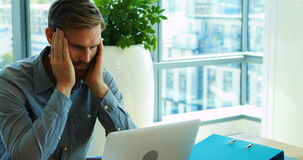 Trabalho executivo masculino sobre o portátil no escritório vídeos de arquivo