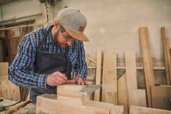 Trabalho experiente do carpinteiro com de madeira imagem de stock