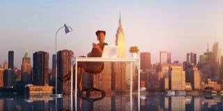 Trabalho exterior na mulher de negócios Relaxation Concep de New York City imagens de stock