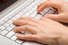 Trabalho fêmea das mãos Imagens de Stock