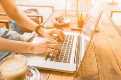 Trabalho fêmea no portátil em um café Foto de Stock