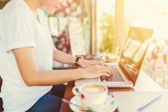 Trabalho fêmea no portátil em um café Fotos de Stock Royalty Free