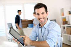 Trabalho fácil para o homem de negócios com nova tecnologia Fotos de Stock Royalty Free