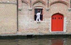 Trabalho inseguro - pintura insegura da janela em Bruges bélgica Imagens de Stock