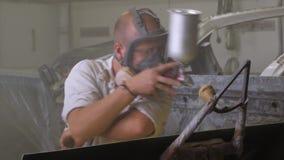 Trabalho masculino na oficina de pintura filme