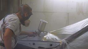 Trabalho masculino na oficina de pintura video estoque