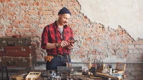 Trabalho mestre com um martelo na ourivesaria filme