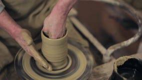 Trabalho mestre da argila em seu potenciômetro filme