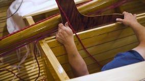 Trabalho mestre maduro com o veleiro de madeira recentemente caseiro na sala de trabalho vídeos de arquivo