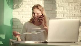 Trabalho a multitarefas da mulher Escritório de fala do telefone da mulher de funcionamento em casa filme