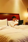 Trabalho na cama Imagem de Stock Royalty Free