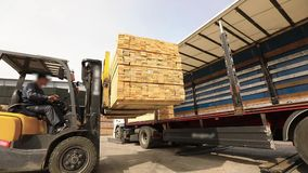 Trabalho na fábrica, carga de transporte com uma empilhadeira vídeos de arquivo