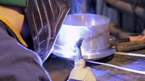 Trabalho na produção de fábrica do equipamento de aquecimento vídeos de arquivo