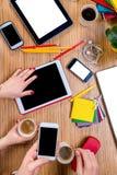 Trabalho na tabela com dispositivos Imagem de Stock