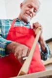 Trabalho no fingerboard na loja dos luthier foto de stock royalty free