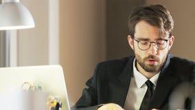 Trabalho novo de Feels Distracted During do homem de negócios video estoque