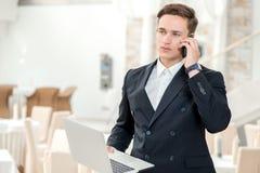 Trabalho novo Homem de negócios seguro e bem sucedido que está no fora fotos de stock