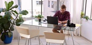Trabalho ocupado do homem de negócios de sua mesa em casa Fotografia de Stock Royalty Free