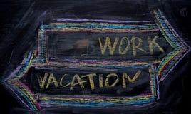 Trabalho ou férias escrito com conceito do giz da cor no quadro-negro imagem de stock