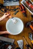 Trabalho profissional do construtor com os instrumentos da renovação da casa em w Fotografia de Stock