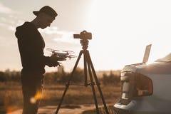 Trabalho profissional do fotógrafo exterior no por do sol Fotos de Stock Royalty Free