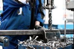 Trabalho tehnician industrial em uma máquina de perfuração foto de stock