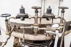 Trabalho tranquilo na planta industrial do nitrogênio com válvulas e outros componentes imagens de stock royalty free