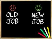 Trabalho velho contra a mensagem nova do trabalho com as caras tristes e felizes do emoticon Fotos de Stock